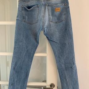 Jeans i 33/32 med stræk, ripped look. Er helt nye og aldrig brugt.