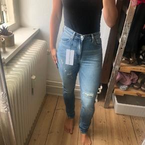 Calvin Klein jeans i str. 24/30. De er aldrig brugt, kun prøvet på. Kan sendes på købers regning eller afhentes i Odense eller Faaborg.