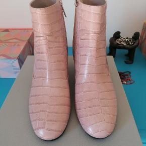 Helt nye støvler fra Roccamore. Kun prøvet 2 gange indenfor. Sender gerne. Nypris 2900 kr.