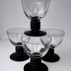 Holmegaard - Aalholm cocktailglas, designet af Jacob E. Bang i 1934. Udgået 1945. H. 7,7 cm Dia. 6,5 cm.   Et fantastisk art deco glas, som vi har 4 af til salg til den angivne pris pr. stk.