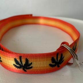 Multi farvet (gul, orange, sort) ring belt fra UO. Materiale r poly Længde ca 115 cm og bredde ca 3 cm Nypris 155 og sælges for 75,- (Porto r 20 som brevpost)