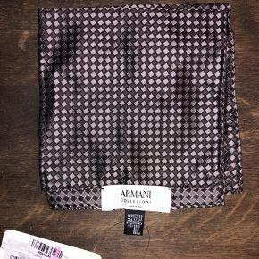 Helt ny fantastisk lækker silke lommeklud fra luksuriøse italienske Armani (Armani Collezioni). Made In Italy, 100% silke. Kostede 800kr