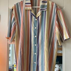Oversize (vintage) skjorte med korte ærmer Uden mærke i. Svarer til en M.