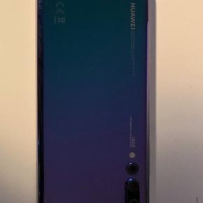 """HUAWEI P20 Pro i rigtig god stand med 128GB hukommelse, 6GB Ram, dual-sim, 6.1"""" OLED skærm, lang batterilevetid og et rigtig godt Leica triple kamera. Derudover er mobilen IP67-klassificeret og har Panzerglass på frontskærmen og cover på bagsiden.  Kan afhentes i Esbjerg eller sendes. Købt d. 13.5.2019  Læs mere her: https://www.elgiganten.dk/cms/huawei-p20/huawei-p20-pro-en-fantastisk-kameratelefon/ https://www.elgiganten.dk/product/mobil-gps/mobiltelefoner/HUAP20PPE/huawei-p20-pro-128gb-smartphone-twilight-purple"""