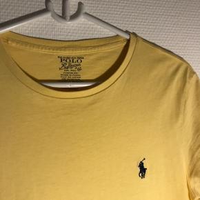 Lækker t-shirt fra Ralph Lauren i en flot gul farve 🌼  Str. S Nypris: 400