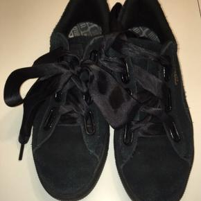 Puma suede Heart sneakers Ikke brugt meget da de er købt fejl størrelse Der medfølger satin snørebånd plus stribede , så man kam skifte look.