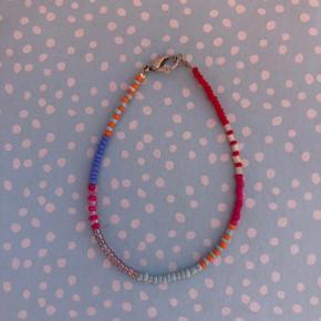 Perle armbånd Multi farvede perler Lås: forgyldt messing Ⓜ️ Mål: 18 cm 💮 Prisen er fast og inkl Porto