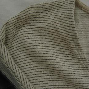 Skøn t-shirt kjole. Brugt en enkelt gang.  Brystmål ca. 2x57 Længde fra skulderen og ned ca. 83  92% bomuld, 5% polyester og 3% metalisseret fiber.  Jeg tager desværre ikke billeder med tøjet på.