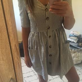 Super sød, stribet kjole fra Ivivi. Kjolen har to lommer foran :-) 😍🌸 Str. S