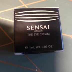 Sensai Ultimate The Eye Cream 1 ml. Den bedste øjencreme og sikkert den dyreste. Gør alt for huden omkring øjnene.  15 ml koster omkring 2800 kr og bemærk denne her er på 1 ml men det strækker jo meget langt.