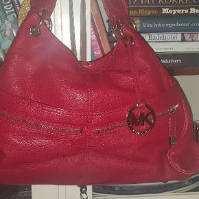 flot kernelæder håndtaske fra Michael Kors Berlin, den kan også bruges på skulder. masser af rum og stadig rigtig flot og velholdt da jeg oftest kun har brugt den i juletiden pga farven.