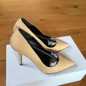 Varetype: Stiletter Farve: Som billeder Oprindelig købspris: 1099 kr.  Flotte sko, kun prøvet på indendørs.