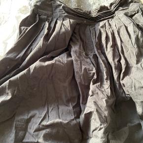 Tøj pakke  1 tunika ( lidt gennemsigtig ) 1 strik med pailletter  Sød nederdel med mønstre i stoffet  Samlet pris 399