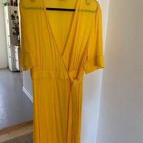 Skøn gul kjole. Brugt en gang til et bryllup. Er desværre for stor, derfor sælger jeg den.