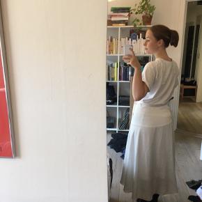 Flot hvid nederdel, min lillesøster købte til sin konfirmation🤍🤍🤍 Byd gerne, den er meget flottere i virkeligheden, jeg er bare dårlig til at tage billeder🌷