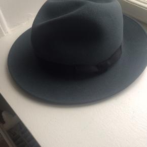 """Super fin hat i koksgrå uld med et sort bånd. """"Edizione Speciale per SØNDAGSAVISEN"""", str 61, aldrig brugt, pris +Porto, gerne mobilpay eller TS-handel +5%"""