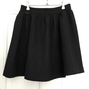 """Flotteste nederdel med """"prikket"""" mønster. Den er sort/mørkegrå og passes af en str. S.  Brugt to gange og derfor helt som ny!  Byd gerne og tjek mine andre annoncer for mængderabat 🌟"""