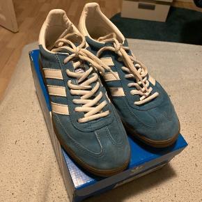 Hej derude  Har disse lækre Adidas handball special som jeg ønsker at sælge da de er blevet for små, de er blevet brugt til indendørs fodbold 3 gange så de er som nye. BYD BYD BYD