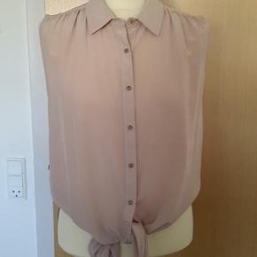 Von Hundred... 100% ægte silke skjorte uden ærmer - som jeg aldrig har fået brugt. Kan bindes eller bare hænge. Tro mod størrelse. PRISEN ER FAST og der tillægges 37 kr. i DAO porto.