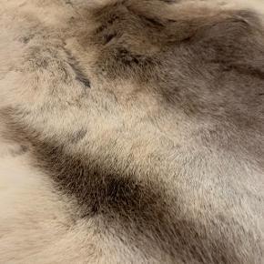 Rensdyrskind, købt på Julemarkedet 2017.  Må ikke benyttes til at sidde på, da rensdyrsskind fælder. Det er udelukkende til pynt :-)  Kan godt tåle at man sidder på det, men det smitter nok af med hår i tøjet ;-)  Nypris: 1800  Kom kun med realistiske bud. Bytter IKKE.