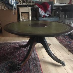Rundt sofabord med grønt læder på plade. Diameter ca. 90 cm