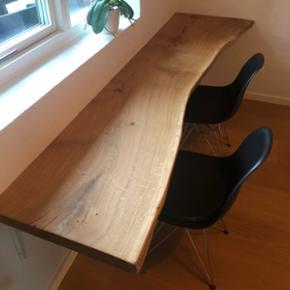Emma Nordic Wood design skrivebord. Planken er behandlet med Osmo olie som er ekstrem modstandsdygtig. Planken kan afkortes i længden efter ønske. Kraftige hvide T-hyldeknægte til ophæng/montering medfølger. B: 222 D. 53. Bemærk! En eksklusiv massiv planke. Pris: 6900,-