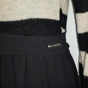 Brand: Rinascimento Varetype: kjole Farve: Sort Oprindelig købspris: 699 kr. Prisen angivet er inklusiv forsendelse.  Smart kjole med overdel i Mohair strik i lys beige og sorte striber, underdel i sort med underkjole og ciffon lign. Stof af høj kvalitet - skiller sig ud med sit unikke og elegante design, typisk Italiensk.  Rinascimento - Italiensk design og kvalitet, producerer mange forskellige designs i mindre mængder for at give den moderne kvinde et unikt udseende og klæde sig elegant til enhver situation.