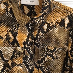 Snake print skjorte