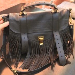 Sælger min smukke proenza schouler taske, da jeg desværre ikke får den brugt nok. Alt medfølger til den🌸 modellen hedder ps1 medium, der nok betegnes som deres klassiske model