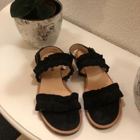 Flotte Angulus sandaler i sort ruskind. Kun brugt max 5 gange. Str 37, svare til 37,5 eller lille 38.