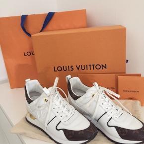 Louis Vuitton sneakers str 38,5. Nye kun prøvet indenfor. Alt medfølger kvittering,  ekstra snørebånd, dustbag, kasse og pose. Kan evt afhentes i Valby. Skambud besvares ikke.