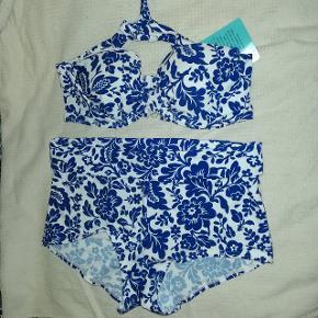 Sød ny bikini fra Beach bestående af en støttende bh samt en noget højere trusse med foldekant