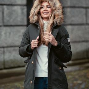 Lækker varm dunjakke som man snildt kan holde varmen i i de koldeste måneder!  Pelsen på hætten er aftagelig.   Spørg endelig hvis der er noget.   Kan sendes eller afhentes i Kbh K.  Du er også velkommen til at komme forbi og prøve på!