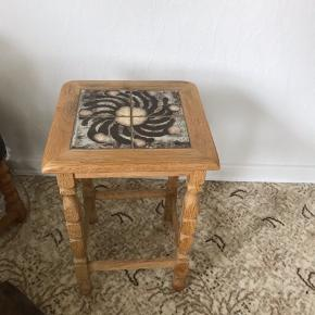 Opsatsbord med kakler i pænt stand Kan hentes Esbjerg 6700