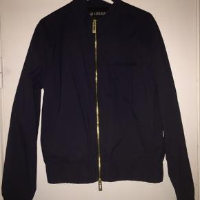 Sælger den her Han Kjøbenhavn jakke, som er perfekt til forår/sommer. Det er en str. L men den fitter dog 160-175 ca.  Mindsteprisen er 300 kr.  Endelig bare BYD.