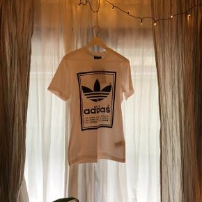 Adidas t-shirt med print (samme både for og bag). Har stadig mærke i og fejler intet. 🤖 Fejlkøb.   Unisex