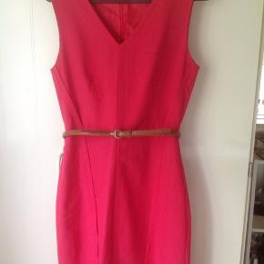 Structured belted sheath dress. It's classic with structured clean lines. It's a size 2. That's either a size small or extra small. I believe it's a size small. You would have to research. I took close up pictures of the clean structured lines. Its doubled lined and lovely.