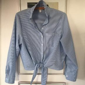 Stribet blå/hvid skjorte i str 40. Brugt en gang og er som ny. Pris 50,-pp Bytter ikke.