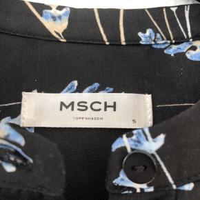 Fineste skjorte i sort med lavendel print fra Moss Copenhagen. Str 36, aldrig brugt. Kan hentes i Taastrup eller sendes med Dao for 37 kr.