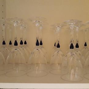 Glas blå dråbe, rødvin, hvidvin og portvins glas. (har flere end på billedet) disse sendes ikke. 25kr pr. stk.