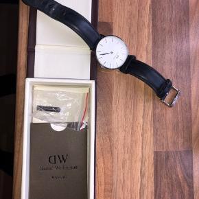 Sælger mit Daniel Wellington ur! Der er kommet ridser i som kan ses på billede 3, ses kun i lys. Uret har alt OG, og sælges billigt