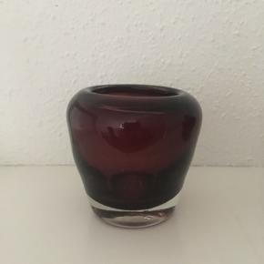 To smukke mundblæste auberginefarvet vaser i glas sælges enkeltvis eller samlet. Højde 7,cm og 8 cm. Pris pr. stk. 50 kr.  Se også mine andre annoncer, da jeg bl.a sælger ud af min samling glas🌸