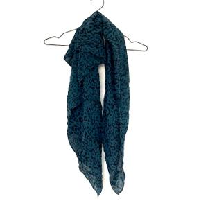 Designer Remix halstørklæde   Kender ikke materiale.  105x105 cm  ❌BYTTER IKKE. 💵Betaling gennem Mobilepay 🛍Afhentes på Nørrebro i weekend og aftentimerne 📦Sendes via DAO. Porto omkring 33 kr.