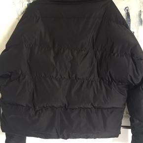 Zara puffer jacket God varm jakke til de kolde dage. Skiltet i nakke er faldet af, ellers trænger den kun til at blive vasket.