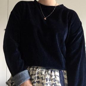 Super fin velour sweater fra PIECES:)  Stadig meget fin, og næsten ingen tegn på at den er blevet brugt.  (Er åben for bud).