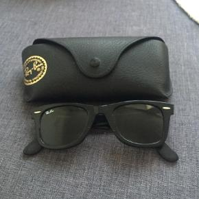 Varetype: solbriller wayfarer Størrelse: OZ Farve: Sort  Sælger disse fede solbriller fra Rayban. De har enkelte ridser på stel og glas, men ikke noget der kan undgås eller ses når de er på :-)  De sælges for 300 og kan afhentes på Østerbro :-)