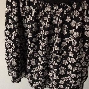Super fin nederdel fra Envii. Brugt få gange men sælges da den er blevet for lille😁Matchende overdel sælges også✨