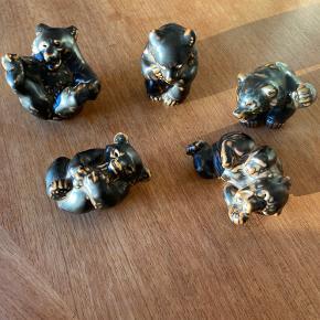 Fuldstændige som nye, ingen tegn på slid.  Royal Copenhagen bjørne 5 styks. Sælges samlet.  Numre fra øverst til venstre: 22742, 21435, 21433, 21436, 21432