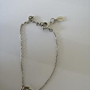 Super fint lille sølv armbånd med hjerte lignende vedhæng. Trænger til at blive pudset.