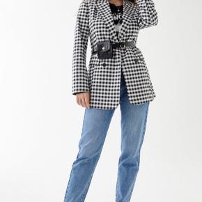 HELT NYE! Modellen er 'Dagny mom jeans'  Sælges da de var et fejlkøb - aldrig brugt, med mærker på og det hele. Fejler intet. Billeder er lånt fra Gina Tricot's hjemmeside, men jeg kan selvfølgelig sende flere billeder hvis det ønskes.  Pris er inkl. Fragt🎉